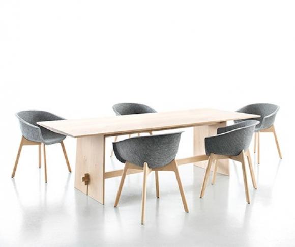 dębowy stół; meble do salonu prosta forma; stół odporny na zadrapania; drewniany stół